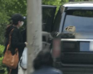 桑子真帆が小澤征悦の愛車に乗り込む