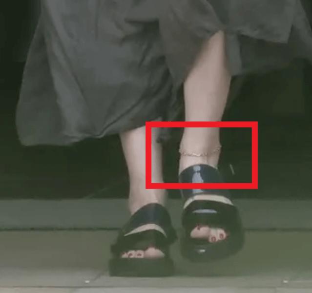 離婚発表当日の篠原の足元にはゴールドのアンクレットの足元の拡大ショット