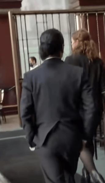 会食に向かう小室圭さんはズボンのポッケにてを突っ込んで歩く